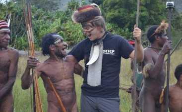 «Мир наизнанку» в Индонезии оденет голых папуасов в вышиванки