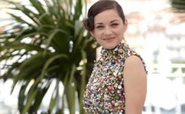 Каннский кинофестиваль: Марион Котийяр пришла на показ в платье из пуговиц (ФОТО)