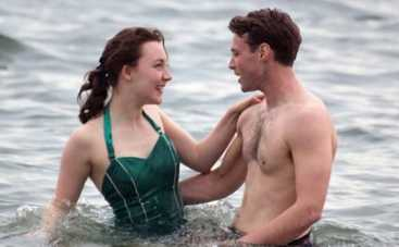 Сирша Ронан целуется с любимым на пляже (ФОТО)