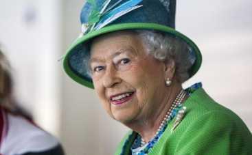 Королева Елизавета II превратила селфи в фотобомбу
