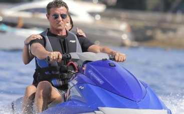 Сталлоне отдыхает на яхте после скандала с Неудержимыми 3 (ФОТО)