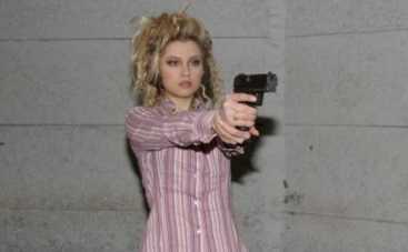Лена Ленина учится стрелять в парижских грабителей