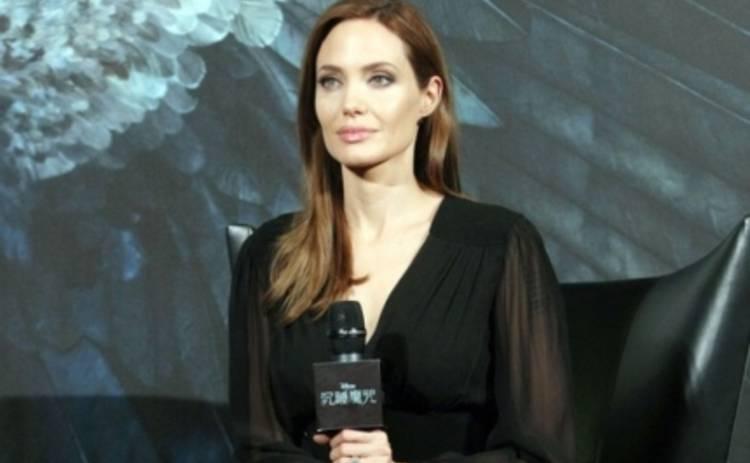 Анджелина Джоли продает туфли Малефисенты (ФОТО)