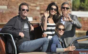 Джордж Клуни и Амаль Аламуддин устроили романтический заплыв в Венеции (ФОТО)