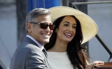 Свадьба Джорджа Клуни и Амаль Аламуддин: дизайнеры клонируют платье невесты