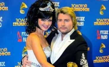 Золотой граммофон 2014: Николай Басков пытался разглядеть на певице Натали юбку