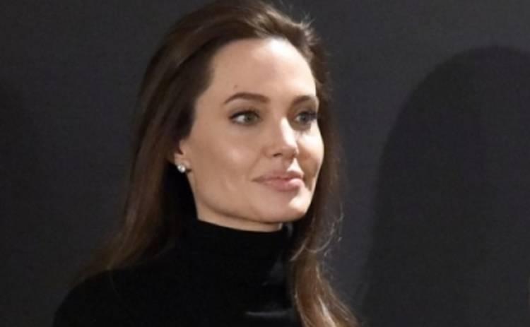 Анджелина Джоли потрясла интернет снимками топлес (ФОТО)
