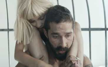 Шайя Лабаф разделся и подрался из-за клипа Sia (ВИДЕО)