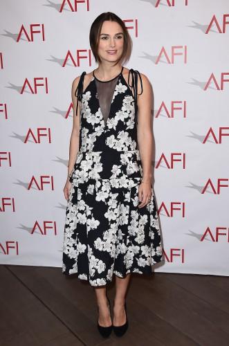 Британская актриса Кира Найтли пришла на светский раут в свободном платье, которое скрыло округлившийся животик