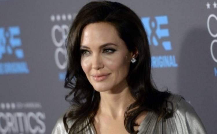 Анджелина Джоли позирует топлесс (ФОТО)