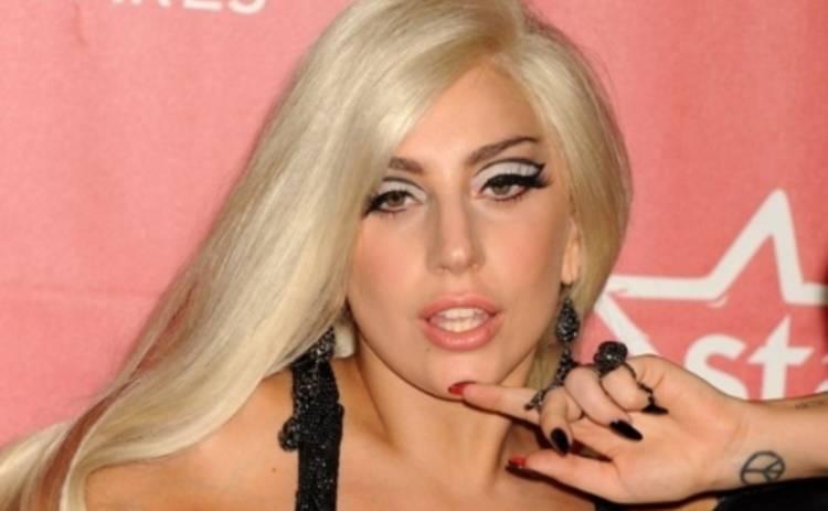 Леди Гага продолжается хвастаться своим кольцом