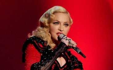 Мадонна свалилась с лестницы из-за длинного плаща (ВИДЕО)