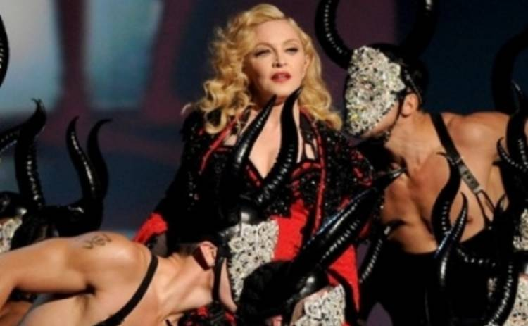 Мадонна получила выговор от Армани