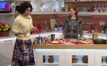 Все буде добре: рецепт легкого весеннего салата со шпинатом и персиком