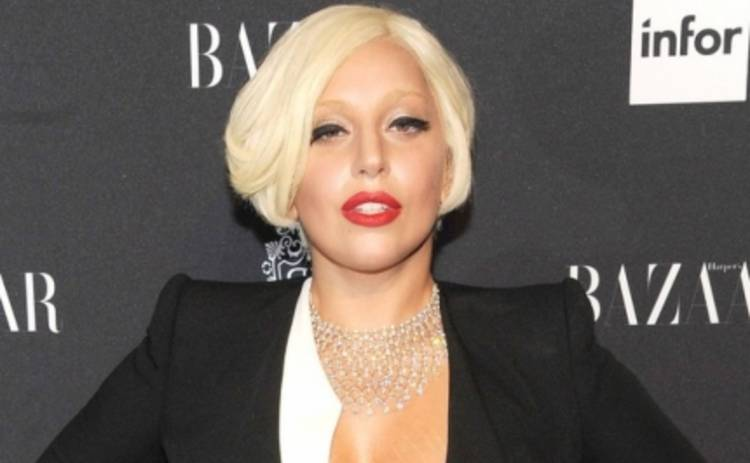Леди Гага забыла надеть бюстгальтер