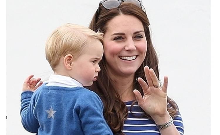 Кейт Миддлтон показала принцу Джорджу как папа с молотком скачет на лошадке (ФОТО)