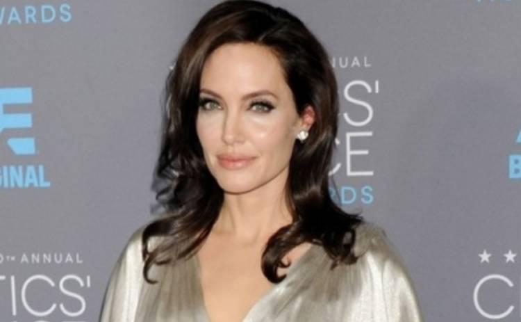 Анджелина Джоли в детстве мечтала иметь свое бюро ритуальных услуг