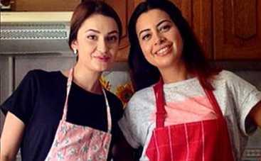 Холостяк 5: Лена Головань научила Рамину готовить чизкейк (ВИДЕО)