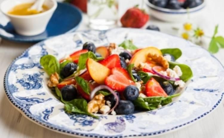 Летний салат из шпината с фруктами и ягодами