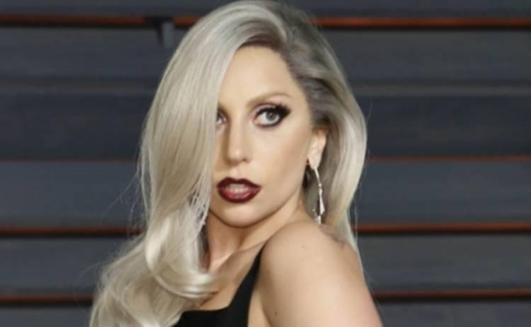 Леди Гага в целлофане рассекает в Амстердаме (ФОТО)