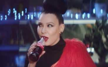 Певица Елка обновила новогоднюю рекламу Coca-Cola (ВИДЕО)
