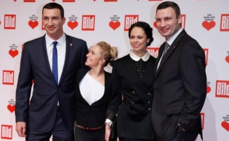 Братья Кличко с женами призвали к благотворительности