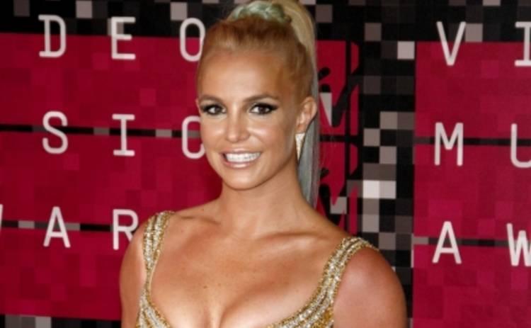 Бритни Спирс заинтриговала серией роликов в купальнике (ВИДЕО)