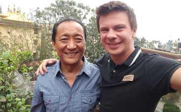 Мир наизнанку: Дмитрий Комаров подарил королю Непала булаву