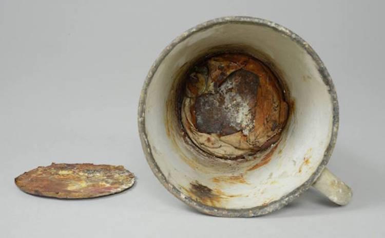 В Освенциме нашли золото, спрятанное в кружке с двойным дном (фото)