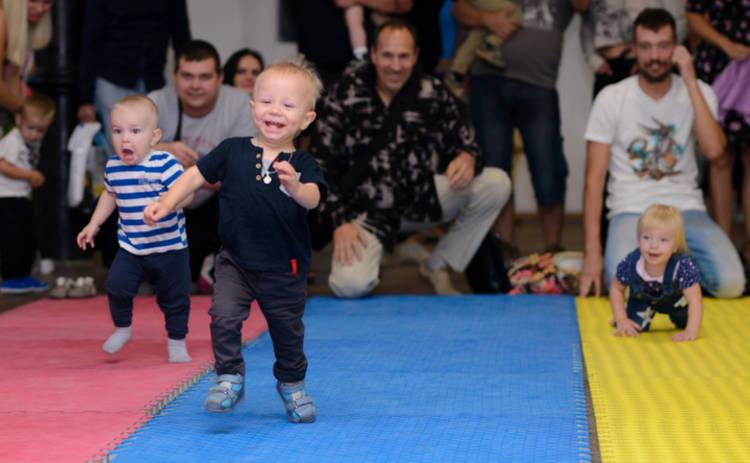 300 карапузов в Харькове соревнуются на скорость в ползании, ходьбе и беге.