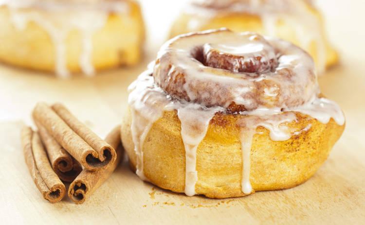 Рецепты десертов: булочки с корицей и сливочным кремом