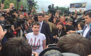 «Благодарю всех, кто желал мне зла», - Надежда Савченко вернулась в Украину (фото)