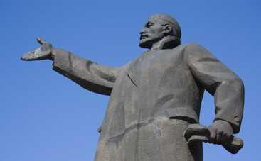 В центре Москвы «ветер» свалил памятник Ленину (видео)