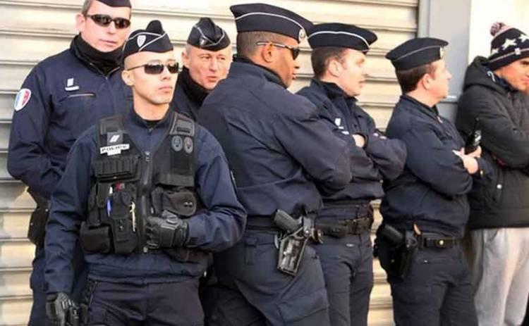 Французские полицейские сели в лужу, тренируясь спасать людей (видео)