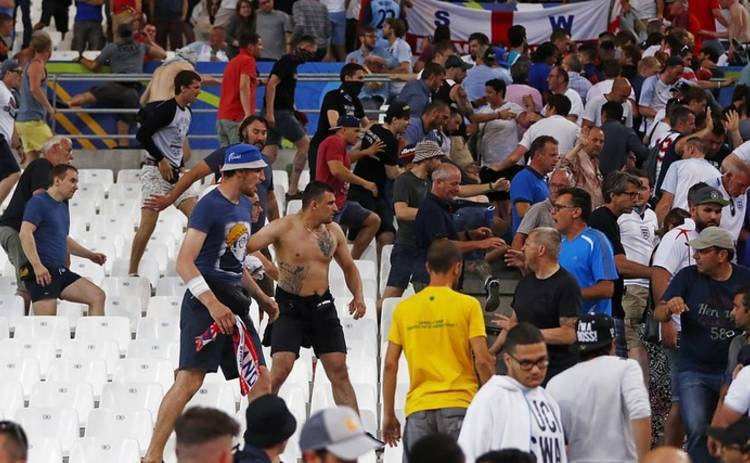 Российских фанатов депортируют из Франции (фото)
