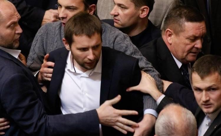 Парасюк набросился с кулаками на коллегу, за что и получил в глаз (видео)