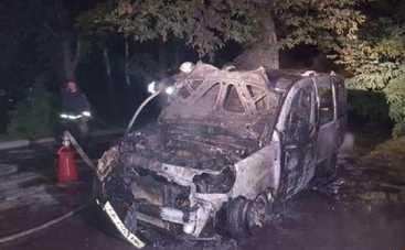 Ночью на киевской парковке сгорели сразу четыре машины (фото)