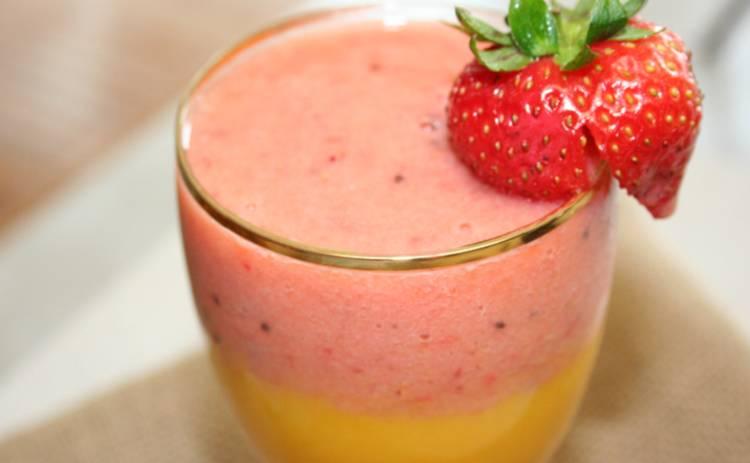 Слоеный смузи из клубники и манго (рецепт)