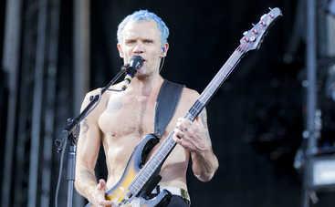 Гитарист Red Hot Chili Peppers научился играть на украинской бандуре (фото, видео)