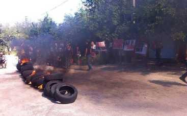 Под домом Розенко жгли шины (фото)