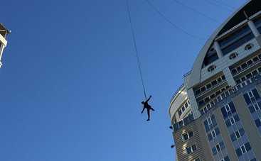 Роупджампер покорил 95-метровый дом в Киеве (фото, видео)