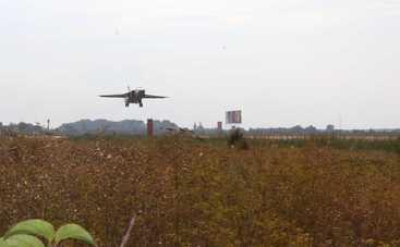 Боевые самолеты совершили посадку на трассе Киев-Чоп (фото)