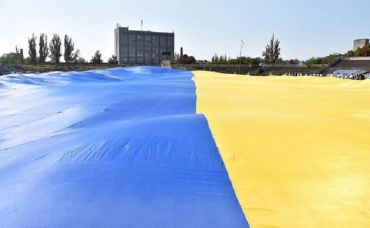 Самый большой в мире флаг Украины развернули в Херсоне (видео)