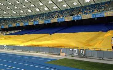 На «Олимпийском» развернули самый большой флаг Украины