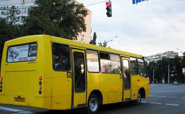 В Киеве девушка на ходу выпала из маршрутки (фото)