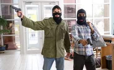 В киевском ТРЦ вооруженные люди украли миллион