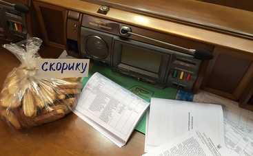 В Раде «оппозиционеры» набросились на коллегу из-за сухариков (видео)