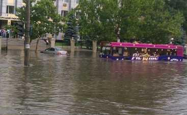 По затопленным улицам Одессы плавал катер (видео)