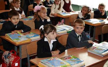 Украинские школьники получили учебники с сюрпризом (фото)