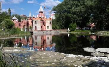 Озеро в сумском парке окрасилось в кровавый цвет (фото)
